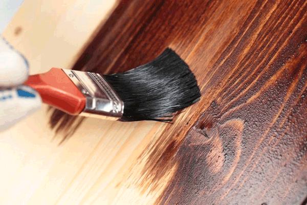 Покрытие заранее подготовленных изделий из дерева антисептиком или лаком в Мариуполе